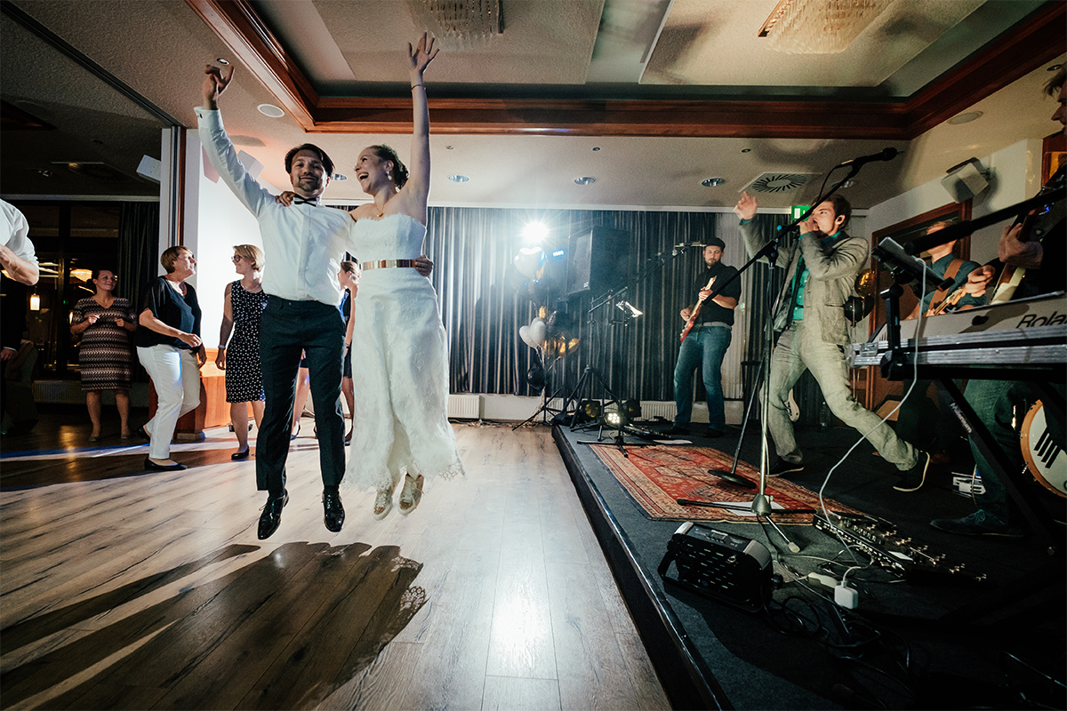 Foolish: wenn das Brautpaar vor Freude springt... Foto: Sven Hagolani